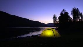 altai Żółci namiotów koszty na banku halny jezioro noc W światła namiotowych oparzenie Dwa wideo w jeden zdjęcie wideo