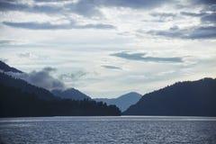 altai μεγαλύτερο βουνό λιμνών λιμνών iogach ακροτήτων gorny βόρειο χωριό όψης tuu tila της Ρωσίας teletskoye Τοπίο βουνών Altai Στοκ φωτογραφία με δικαίωμα ελεύθερης χρήσης