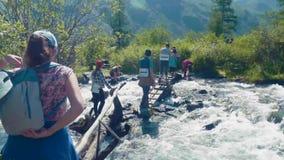 Altai, Akem, RÚSSIA - junho, 20, 2018: o pé da montanha Belukha Rio frio da montanha atual Ponto inicial no rio video estoque