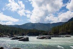 Altai-Ansicht: Gebirgsfluss und blaue Wolken Lizenzfreies Stockbild