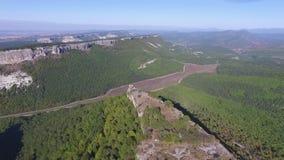 Altai berg som tas bort från surret skjutit Flyg- sikt till landskapet av den gröna dalen som översvämmas med ljus med frodigt lager videofilmer