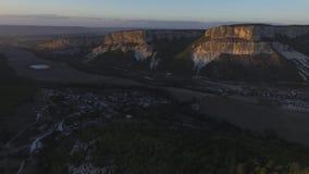Altai berg som tas bort från surret skjutit Flyg- sikt till landskapet av den gröna dalen som översvämmas med ljus med frodigt arkivfilmer