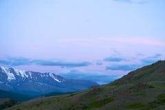 Altai-Berge in Kurai-Bereich mit Nord-Chuisky Ridge auf Hintergrund Lizenzfreie Stockfotos