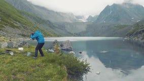 Altai, Kucherla, RUSSIE : La fille sautent Mains dans le ciel mouvement 4k lent banque de vidéos