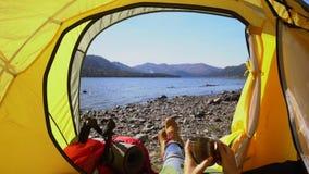 altai La femme de camping se situant dans la fin de tente des pieds de fille portant la hausse rejette la détente les vacances PO clips vidéos