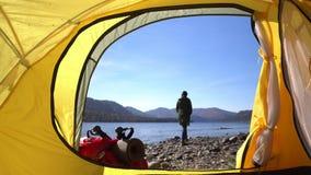 altai La femme de camping se situant dans la fin de tente des pieds de fille portant la hausse rejette la détente les vacances PO banque de vidéos