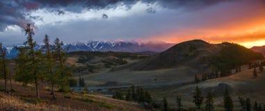 Altai, meseta de Ukok Puesta del sol hermosa con las montañas en el fondo Otoño de los picos nevados Viaje a través de Rusia, Alt Fotos de archivo