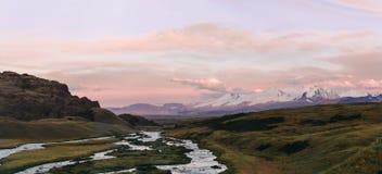 Altai, meseta de Ukok Puesta del sol hermosa con las montañas en el fondo Otoño de los picos nevados Viaje a través de Rusia, Alt Imágenes de archivo libres de regalías