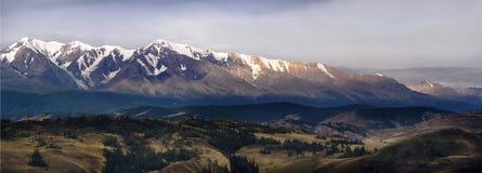 Altai, platô de Ukok Por do sol bonito com as montanhas no fundo outono dos picos nevado Viagem através de Rússia, Altay imagens de stock royalty free