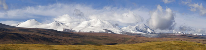Altai, platô de Ukok Por do sol bonito com as montanhas no fundo outono dos picos nevado Viagem através de Rússia, Altay Fotos de Stock Royalty Free