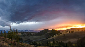 Altai, plateau d'Ukok Beau coucher du soleil avec des montagnes à l'arrière-plan Automne de crêtes de Milou Voyage par la Russie, Photo stock