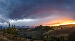 Altai, plateau di Ukok Bello tramonto con le montagne nei precedenti Autunno dei picchi di Snowy Viaggio attraverso la Russia, l' Fotografia Stock