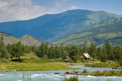 Altai, río Kucherla, casa en la orilla, Rusia Foto de archivo