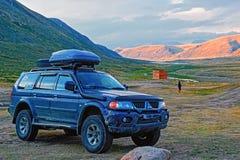 ALTAI, RUSSIE - 12 AOÛT 2015 : Véhicule tous terrains au ` principal chaud de ` de passage de montagne contre le contexte des mon photo libre de droits