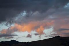 Altai Ukok το ηλιοβασίλεμα πέρα από τα βουνά στο νεφελώδη κρύο καιρό Στοκ φωτογραφίες με δικαίωμα ελεύθερης χρήσης