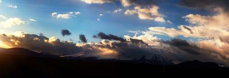 Altai Ukok το ηλιοβασίλεμα πέρα από τα βουνά στο νεφελώδη κρύο καιρό Στοκ Φωτογραφία