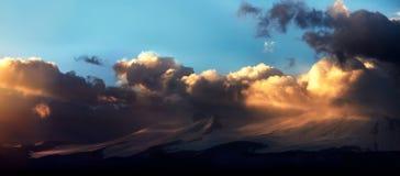 Altai Ukok το ηλιοβασίλεμα πέρα από τα βουνά στο νεφελώδη κρύο καιρό Στοκ Εικόνα