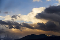 Altai Ukok το ηλιοβασίλεμα πέρα από τα βουνά στο νεφελώδη κρύο καιρό Στοκ εικόνες με δικαίωμα ελεύθερης χρήσης