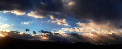 Altai Ukok το ηλιοβασίλεμα πέρα από τα βουνά στο νεφελώδη κρύο καιρό Στοκ φωτογραφία με δικαίωμα ελεύθερης χρήσης