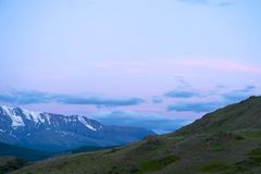Altaibergen op Kurai-gebied met de Rand van het Noordenchuisky op achtergrond Royalty-vrije Stock Foto's