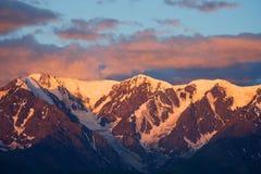 Altaibergen op Kurai-gebied met de Rand van het Noordenchuisky op achtergrond Stock Foto