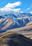Altaibergen op Kurai-gebied met de Rand van het Noordenchuisky op backgr Stock Foto's