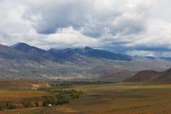 altaidagar sist bergsommar Härlig höglands- liggande Ryssland Arkivfoto