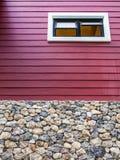 Altamente finestra sulla parete di legno Immagine Stock