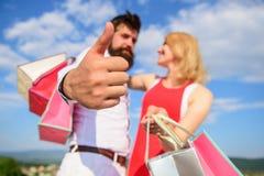 Altamente raccomandi le punte di vendita Negozio di consiglio ora Le coppie nell'amore raccomandano la stagione di compera di sco fotografia stock