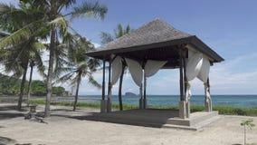 Altana wśród drzewek palmowych na banku tropikalna plaża w dennym kurorcie zbiory wideo