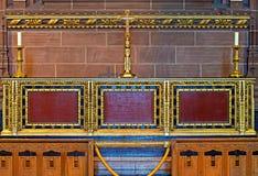 Altar adornado dentro de la catedral del anglicano de Liverpool Imagenes de archivo