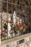 Altar al aire libre católico con los flowewrs Foto de archivo