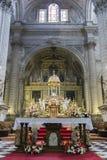 Altar alto, centro do presbyterate, tabernáculo limitado por f Fotografia de Stock Royalty Free