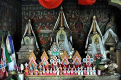 Altar budista velho com esculturas da manteiga fotografia de stock