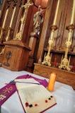 Altar católico en iglesia. Abra la biblia Fotografía de archivo libre de regalías