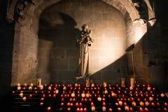 Altar com queimadura de velas votivas na basílica de Saint Nazar imagem de stock