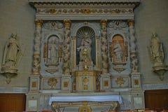 Altar con las estatuas de santos en catedral católica en Avranches, Francia fotos de archivo libres de regalías