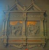 Altar con las estatuas de santos en catedral cat?lica en Avranches, Francia fotos de archivo libres de regalías