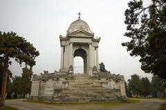 Altar cristiano con la bóveda en el cementerio monumental de Crémona imágenes de archivo libres de regalías