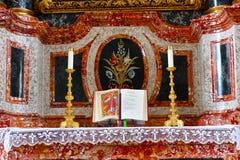 Altar de mármore com a Bíblia aberta no Natal Imagem de Stock Royalty Free