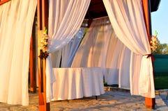 Altar de madera blanco iluminado por el sol Fotografía de archivo libre de regalías