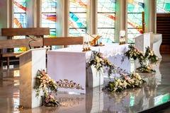 Altar decorado durante o primeiro comunhão santamente foto de stock royalty free