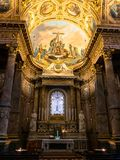 Altar decorado na capela na catedral em Bergamo fotos de stock royalty free