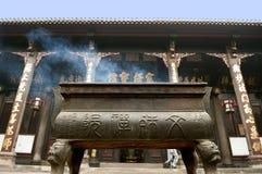 Altar del incienso en templo budista Foto de archivo