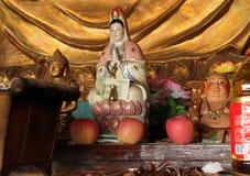 Altar del pequeño templo budista, China Imagenes de archivo