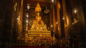 Altar dentro do templo, Banguecoque, Tailândia imagem de stock