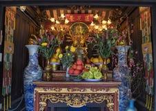 Altar dentro do um pagode da coluna, um templo budista histórico em Hanoi, a capital de Vietname imagens de stock royalty free