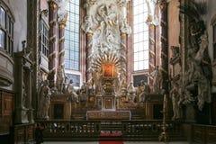 Altar in der katholischen Kirche Stockfotos