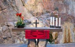 Altar in der katholischen Kirche in einem Felsen. Lizenzfreie Stockfotografie