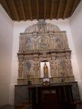 Altar in der Kirche des luftgetrockneten Ziegelsteines in der Stadt von Santa Fe In New Mexiko Lizenzfreies Stockfoto